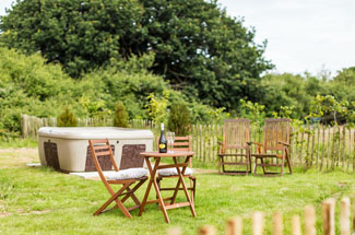 Buttercup Barn Retreats - Outdoor hot tub at Olive - Holiday Lodges near Ryde Isle of Wight