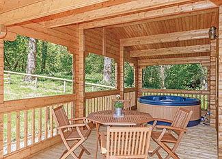 Covered decking area with hot tub at Treetops Lodge ( Ref LP14976 ) Holiday Lodge near Crewkerne Dorset England - Peckmoor Farm Lodges
