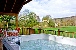 Woodpecker Lodge outdoor hot tub at Redlake Farm - Littleton Holiday Lodges near Somerton Somerset